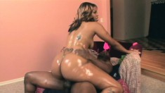 Oiled up yellow bone honey shakes that trampy ass on a black dick