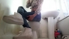 Crossdresser in tight Jeans and Sneakers